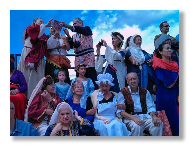 Público presenciando la representación del Tratado de los Toros de Guisando en el Tiemblo